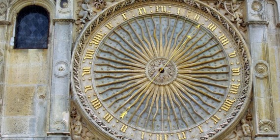 Orologio su una parete della Cattedrale di Chartres - Francia