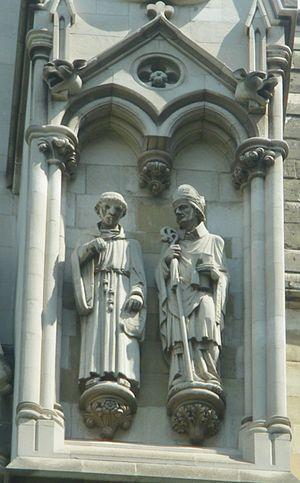 Le statue di Bacone e Grossatesta nell'Abbazia di Westminster