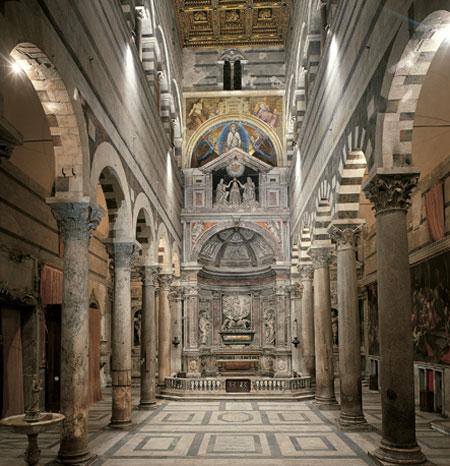 La cattedrale di Pisa, capolavoro del Romanico pisano.
