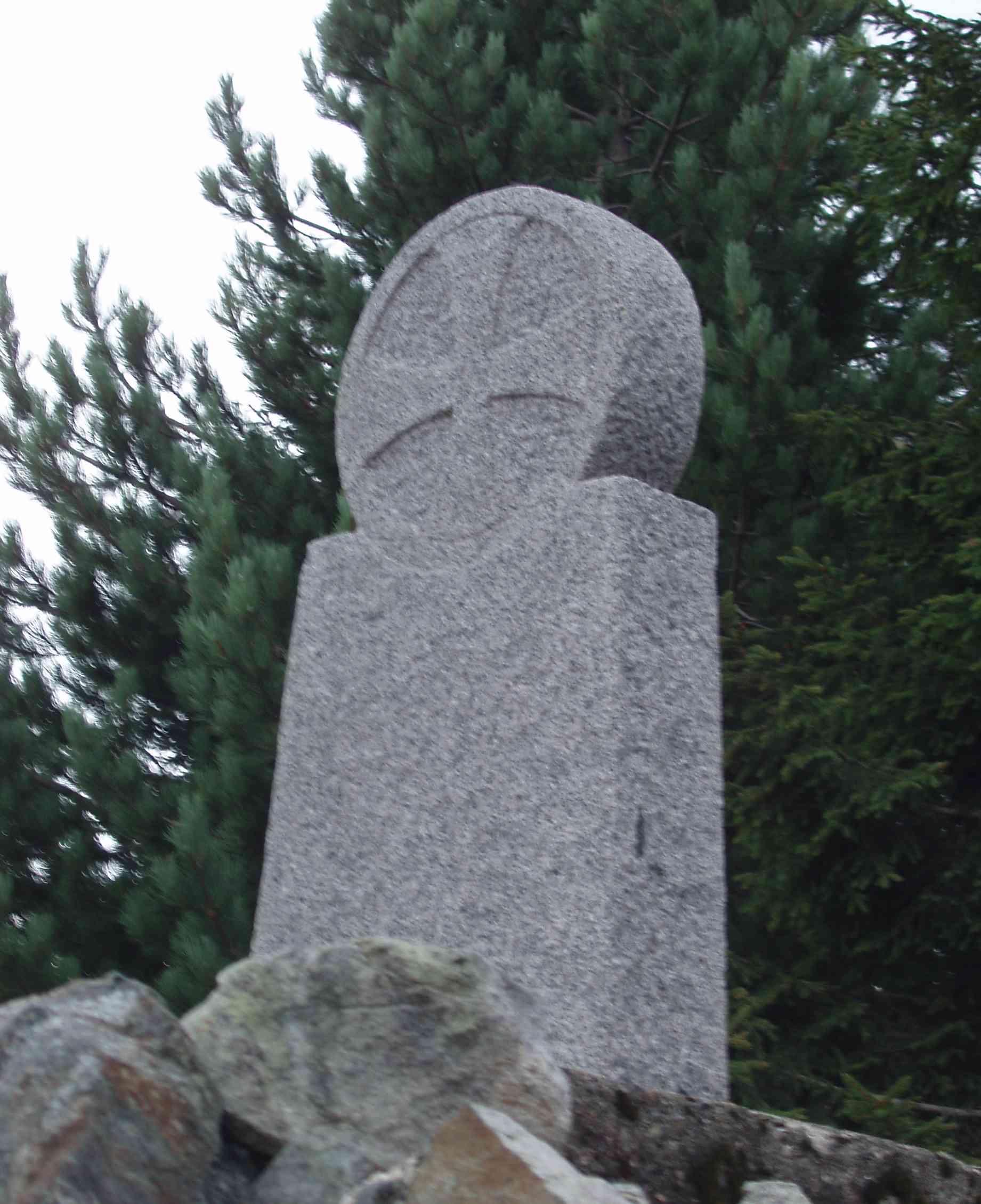 Il cippo che ricorda Fra Dolcino, sul monte Rubello (foto: Ceragioli).