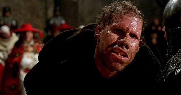 """L'attore Ron Perlman nel film  """"Il nome della rosa"""" è Salvatore, un frate ritardato in odore di eresia."""
