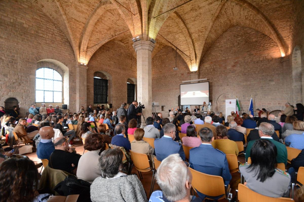 La Sala Trecentesca di Palazzo Pretorio durante uno degli incontri con gli autori.