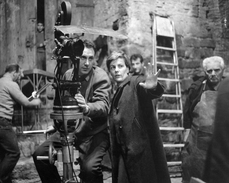 """Liliana Cavani nelle riprese di scena di """"Francesco d'Assisi"""" (1966)"""