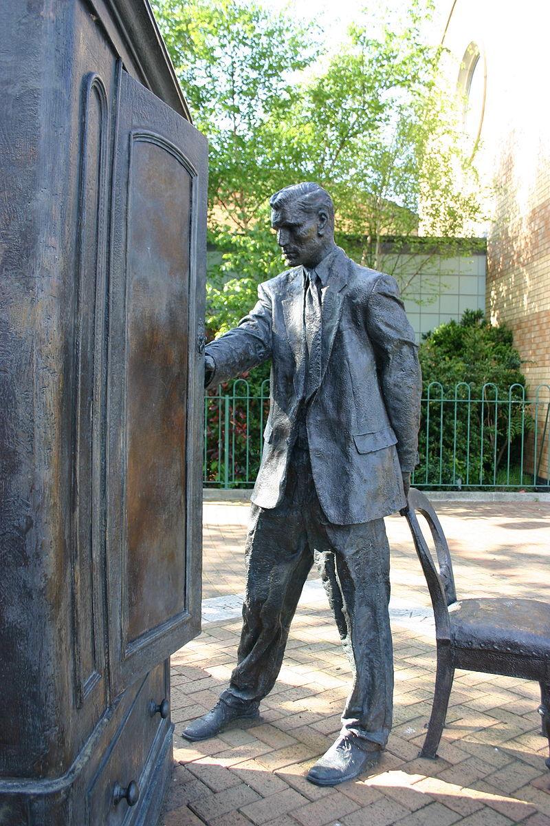 800px-Statue_of_C.S._Lewis,_Belfast