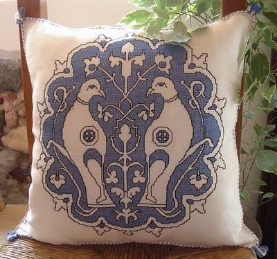 Il simbolo dell'Accademia Punto Assisi ricamato su un cuscino