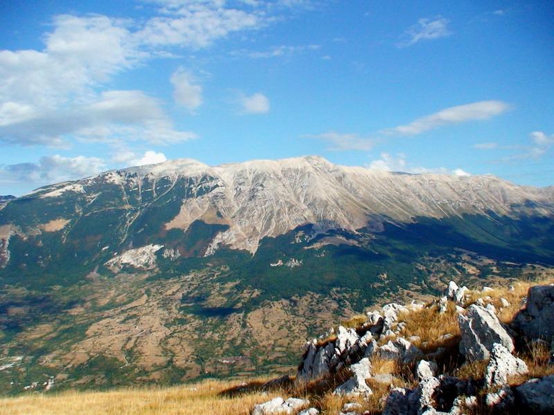 Il monte Morrone e, sullo sfondo, il gruppo della Majella
