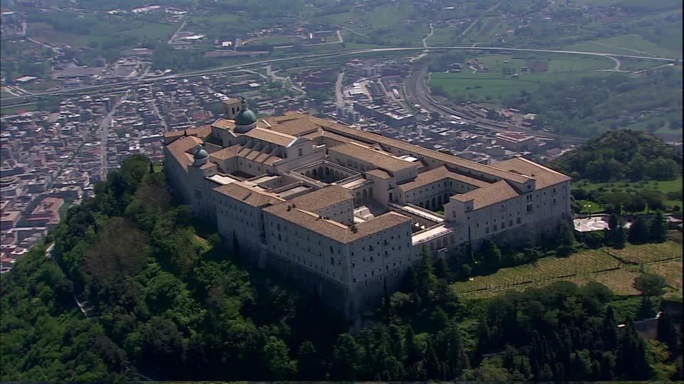 Cassino (nella foto vista dall'alto della celebre abbazia di Montecassino) tra i secoli IX e XIX era conosciuta come San Germano. Assunse questo nome dalla donazione delle reliquie di San Germano di Capua, custodite nella Chiesa del Salvatore e meta di pellegrinaggi