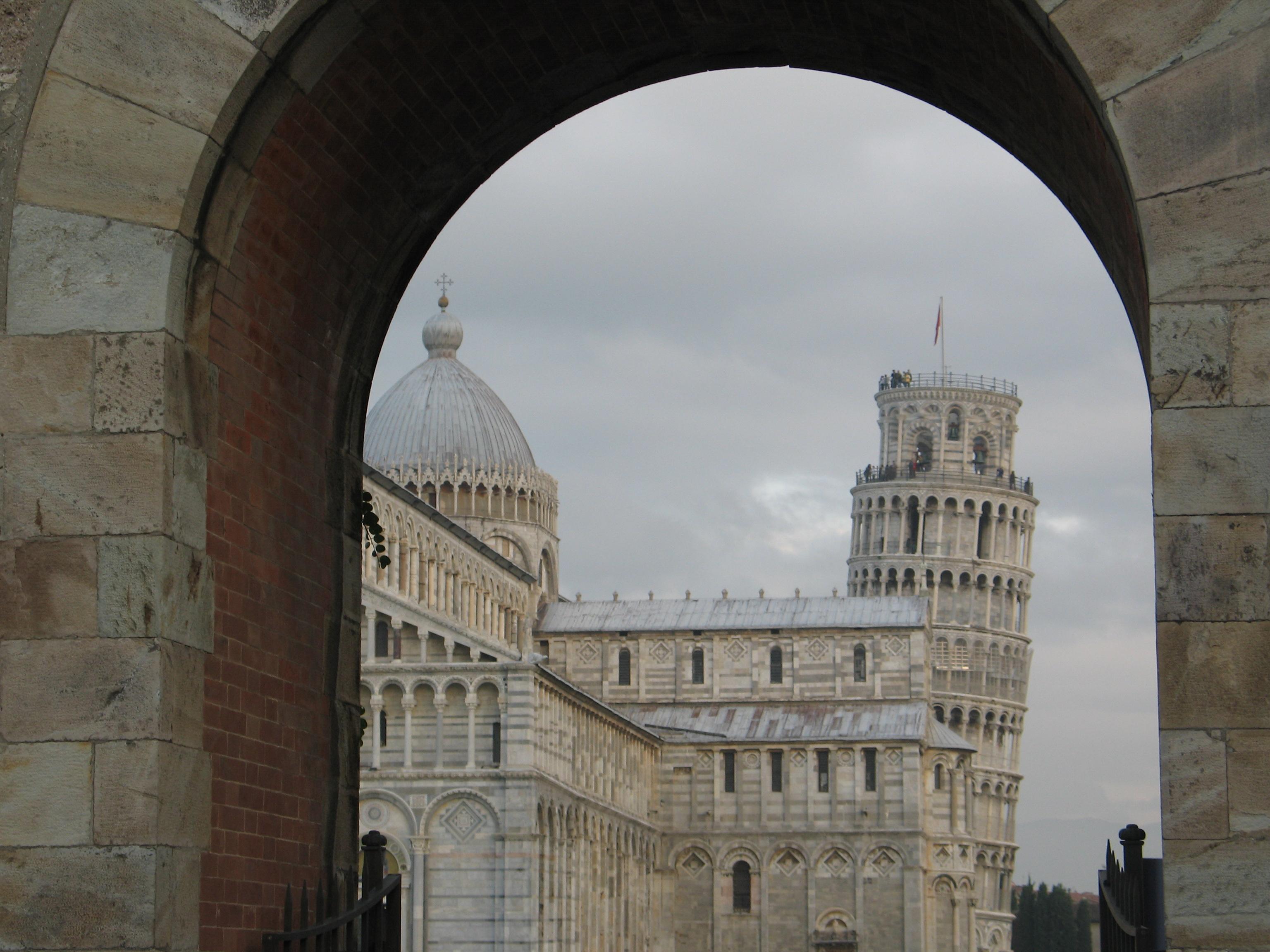 La visuale mozzafiato dei monumenti di Piazza dei Miracoli dall'ingresso ovest