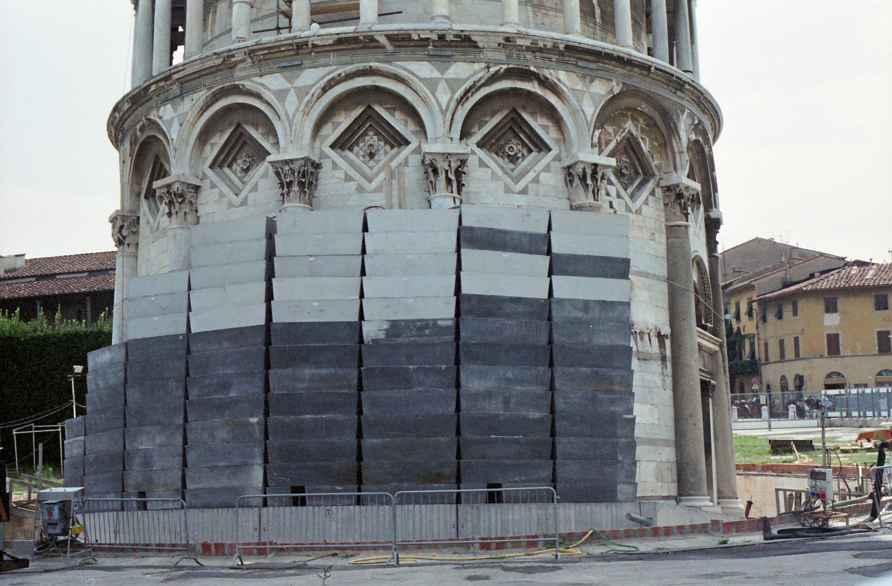I contrappesi di piombo appoggiati alla base della Torre nel 1993 per contrastarne il ribaltamento