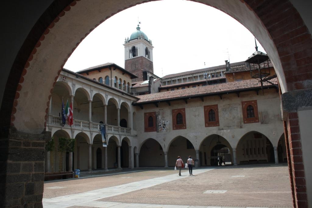 Il Broletto di Novara, chiuso nel lato sud dal Palazzo del Podestà