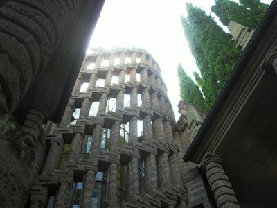 Tra le trine di pietra della Torre di Babele è conservato il ricordo della luce ultraterrena