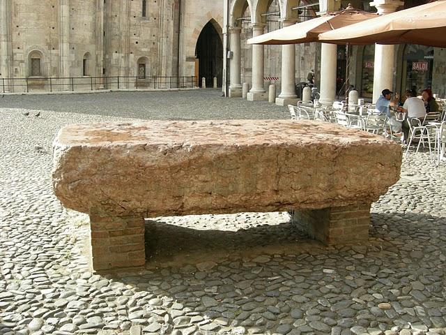 """La """"pedra ringadora"""" di Modena"""