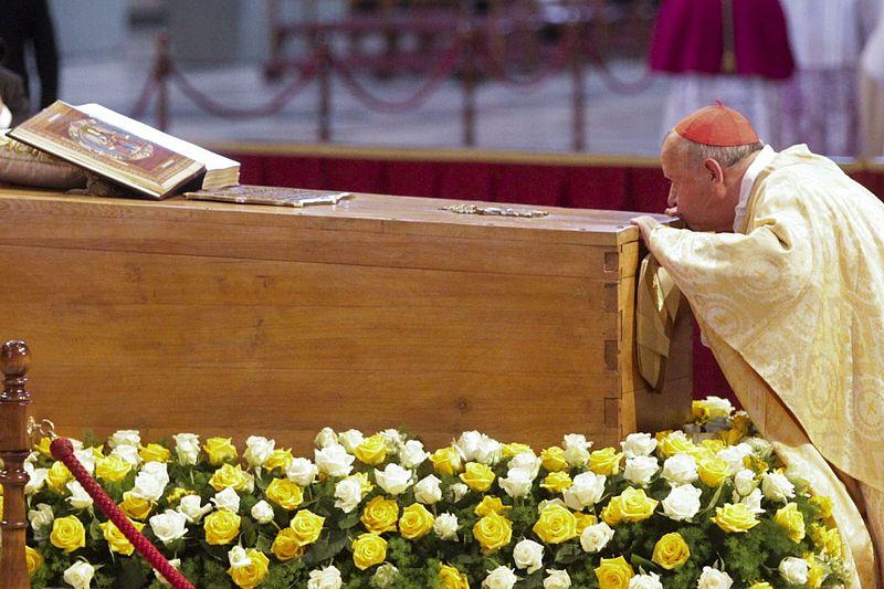 Il cardinale Dziwisz bacia la bara di Giovanni Paolo II il giorno della sua beatificazione