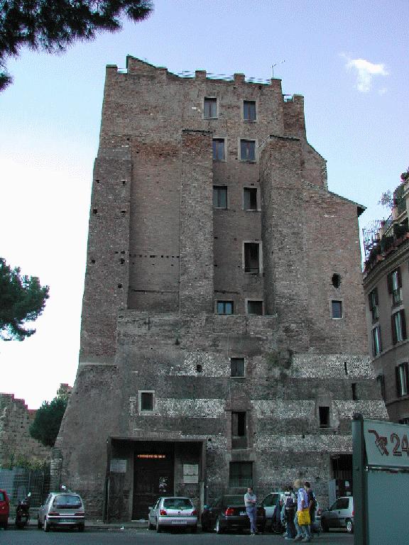 La parte inferiore della Torre dei Conti (foto Lalupa)