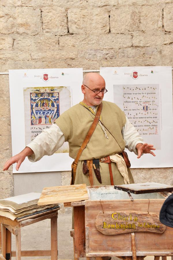 """""""Miniatori dal mondo"""" coinvolge esperti da ogni parte del mondo per creare uno scriptorium aperto a tutti per sperimentare questa splendida arte"""