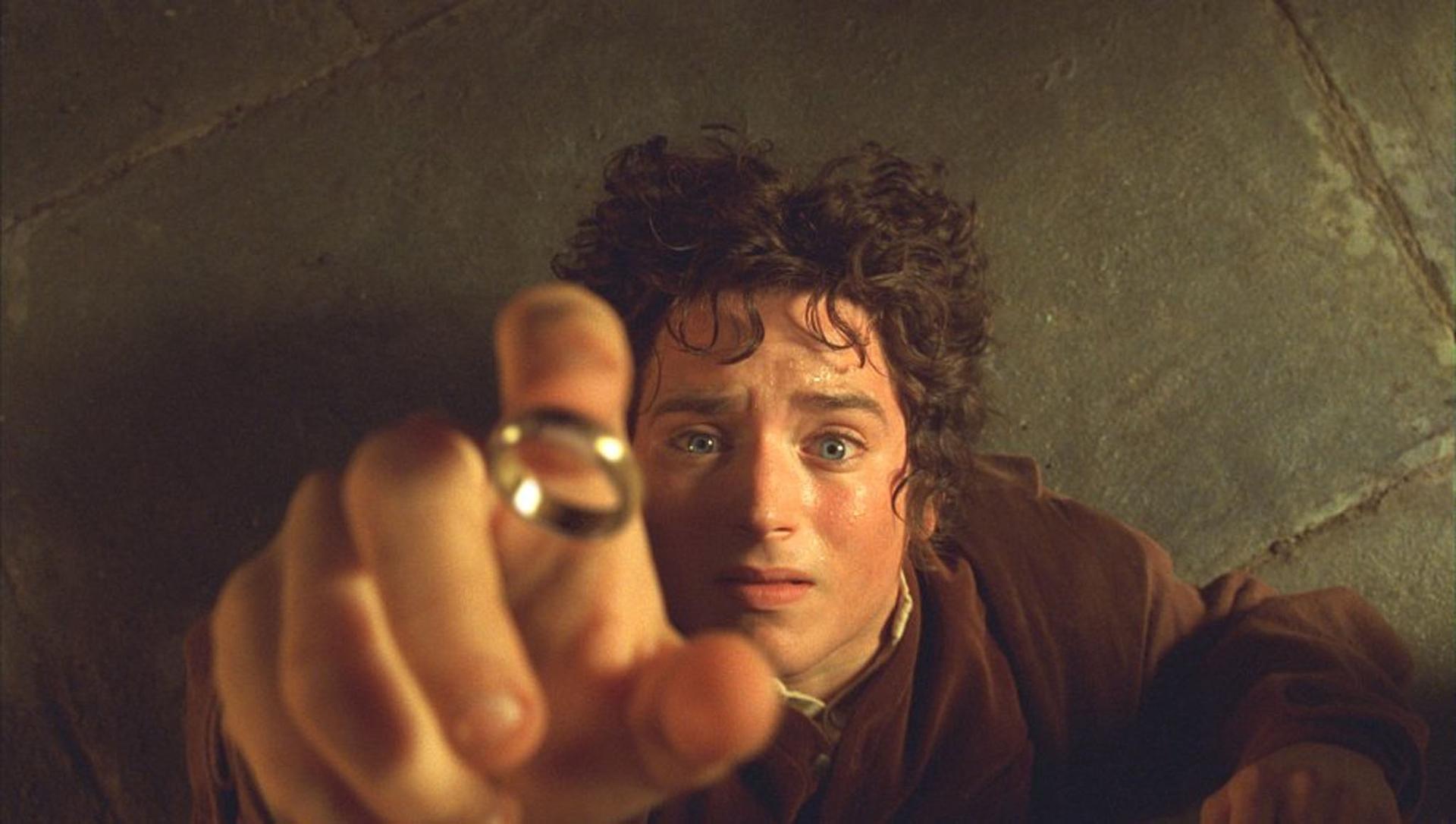 """Elijah Wood incarna lo Hobbit Frodo in una scena della celebre saga cinematografica """"Il signore degli anelli"""""""