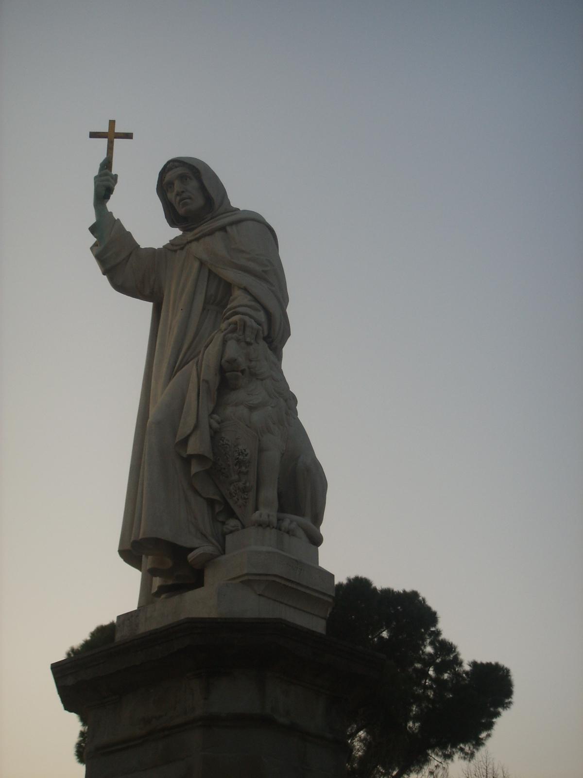 Monumento al frate domenicano in Piazza Savonarola a Firenze
