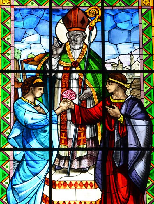 La vetrata della basilica di Terni che raffigura San Valentino mentre dona una rosa agli innamorati