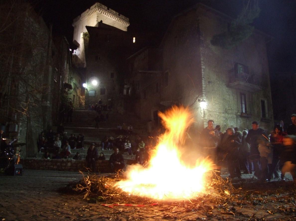 Il falò di Sermoneta (Latina) per la festa di San Giuseppe