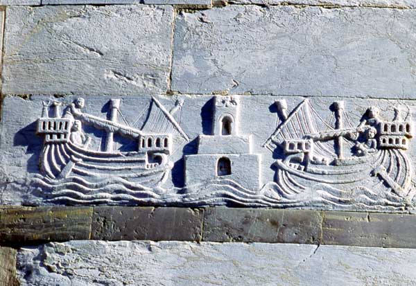navi-pisane-bassorilievo-torre-di-pisa