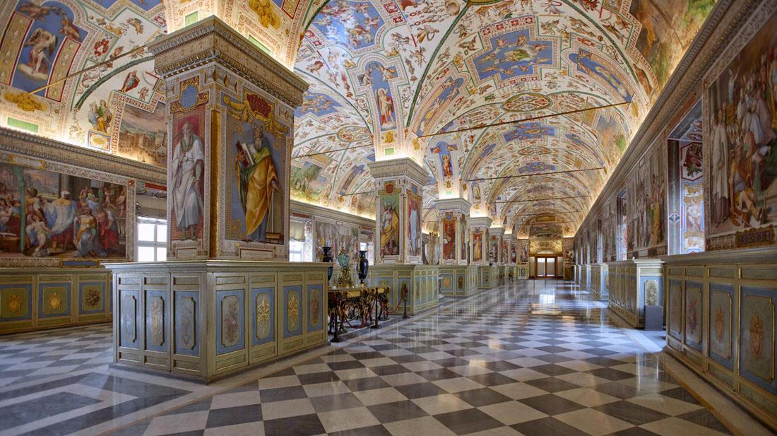 il-salone-sistino-1587-89-enorme-aula-a-due-navate-totalmente-decorate-con-i-suoi-70-metri-per-15-fu-per-lungo-tempo-il-cuore-della-biblioteca-vaticana-la-piu-grande-al-mondo