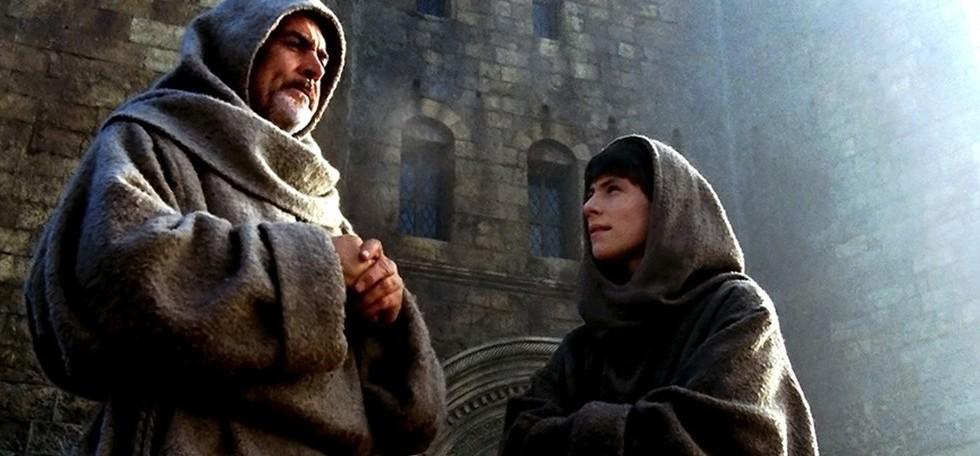 una-scena-del-film-il-nome-della-rosa-del-1986-con-sean-connery-e-christian-slater