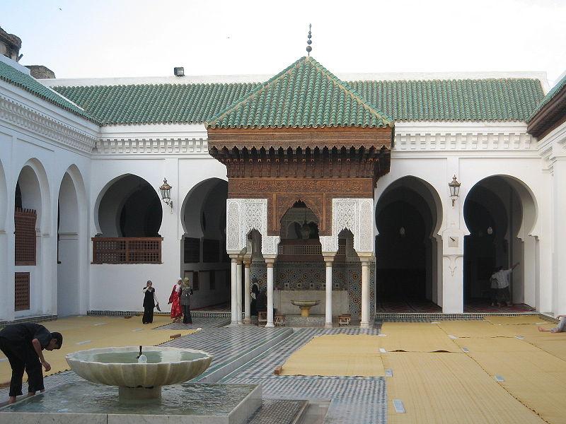 vista-dal-cortile-della-moschea-universita-al-qarawiyyin-di-fez-marocco-la-prima-jami%ca%bfa-fondata-nell859