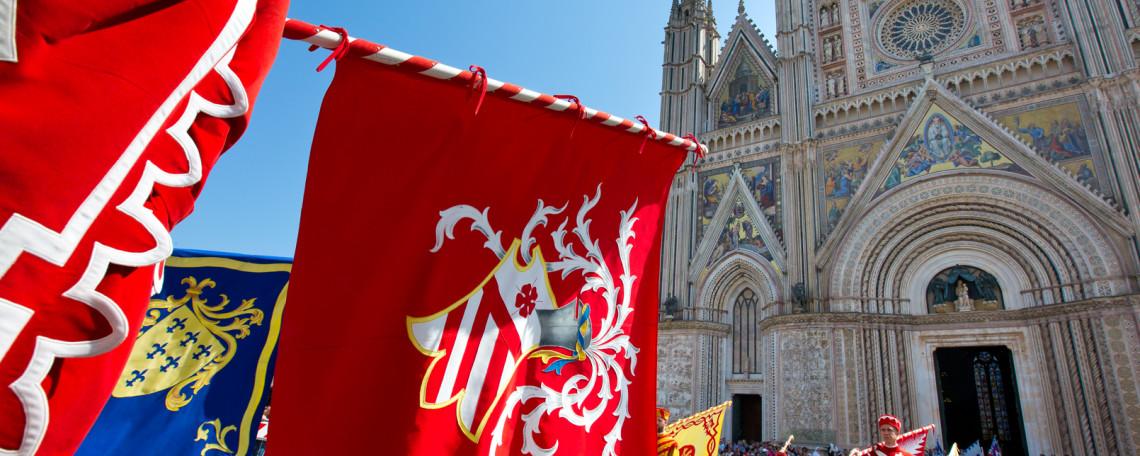 Istantanea dal Corteo Storico di Orvieto. Uno dei 26 vessilli delle terre  assoggettate al Comune di Orvieto sullo sfondo dello splendido duomo 61460521c00