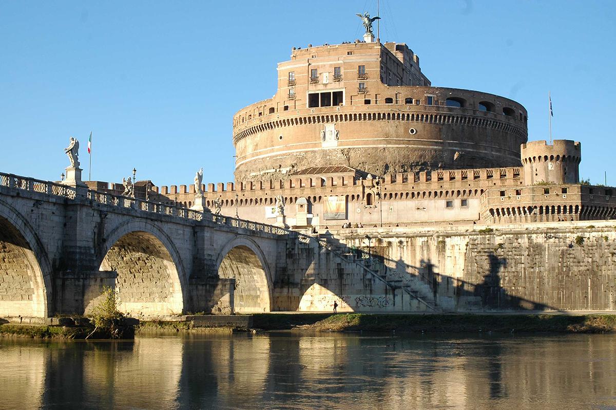 Castel Sant'Angelo. Costruito nel II secolo d.C. come Mausoleo per l'Imperatore Adriano, Castel Sant'Angelo  ha ospitato i resti di Adriano e dei suoi successori fino all' Imperatore Caracalla