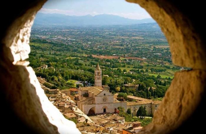 basilicasantachiaraassisi-700x560